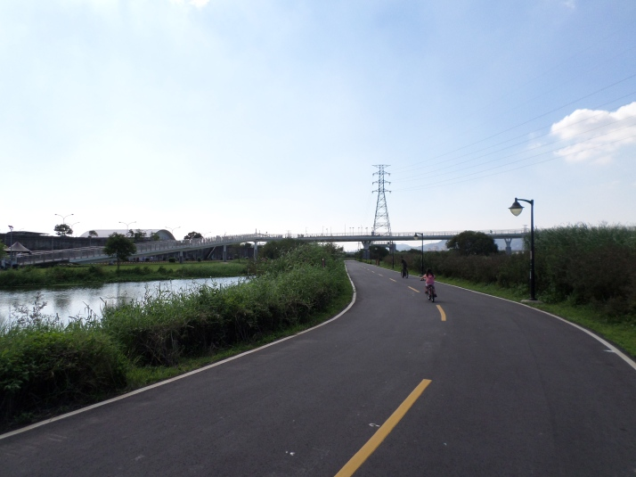 bike trail in Banchiao, cross the bridge ahead