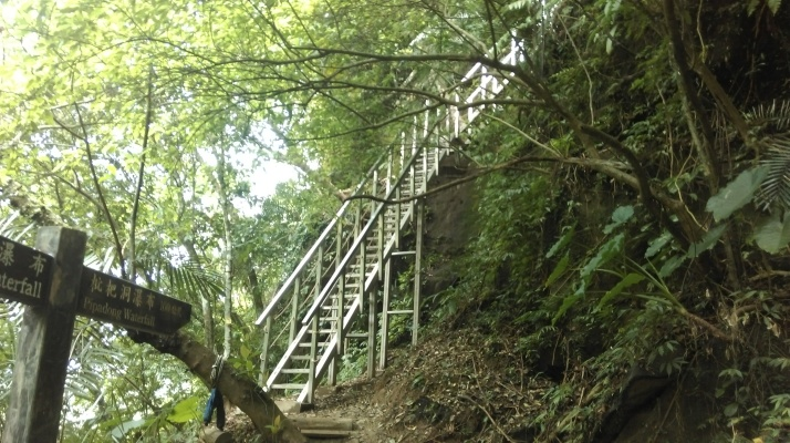 the new metal staircase leading to Pipadong Waterfall