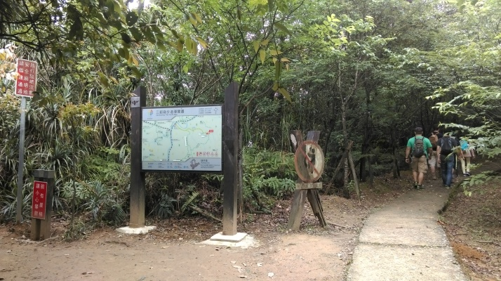 trail junction at the top of Pipadong Waterfall