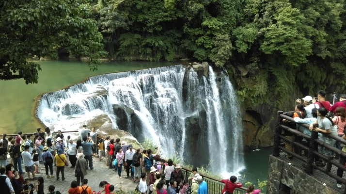 crowds at Shifen Waterfall