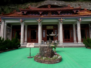 Kaishan Temple with its supposed meteorite