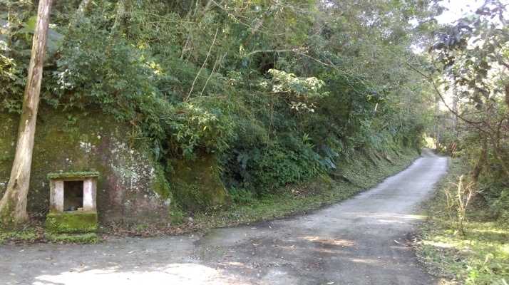 walk along the road past the Land God shrine